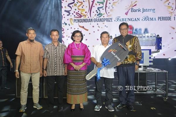 Penyerahan hadiah utama tabungan Bima periode I tahun 2017/2018 secara simbolis dari Kajati DIY, Sri Harjati, (tiga dari kiri), kepada Kepala Bank Jateng cabang Rembang, Parmono (dua dari kanan), didampingi Direktur Utama Bank Jateng, Supriyatno (kanan), dalam acara Gala Pesta, Sabtu (7/10/2017), di Grand Pacific Hall, Sleman, Yogyakarta. (Istimewa/Humas Bank Jateng)