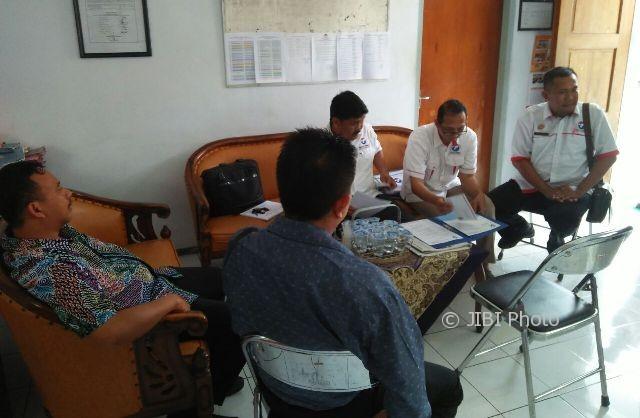 Pengurus Partai Perindo Kota Madiun menyerahkan berkas pendaftaran kepada komisioner KPU Kota Madiun, Senin (9/10/2017). (Abdul Jalil/JIBI/Madiunpos.com)