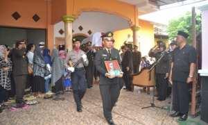 Upacara pemakaman Kepala Unit (Kanit) Dikyasa Satlantas Polres Sukoharjo, Iptu Sumanto, di rumah duka di Desa Singopuran, Kecamatan Kartasura, Sukoharjo, Selasa (24/10/2017). (Bony Eko Wicaksono/JIBI/Solopos)