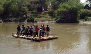 Rakit di Sungai Bengawan Solo. (Sunaryo Haryo Bayu/JIBI/Solopos)