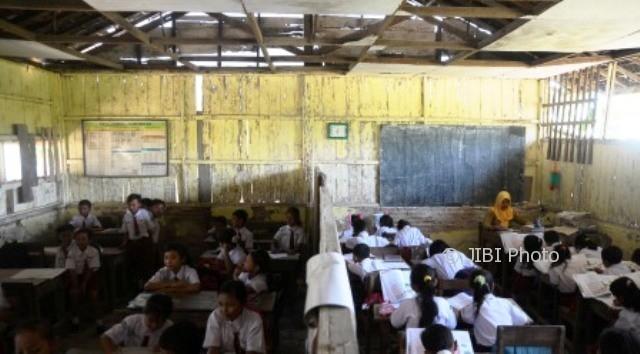 Dua kelas pelajar SDN 5 Sembungharjo, Pulokulon, Grobogan, Jateng, Senin (9/10/2017), berbagi ruangan karena bangunan sekolah itu rusak. (JIBI/Solopos/Antara/Yusuf Nugroho)