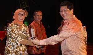Senior PR Manager PT Sido Muncul Tbk, Nanik R. Sunarso (kiri) menerima penghargaan dari Wakil Direktur Bank BTPN di Gedung Teater Jakarta, Taman Ismail Marzuki, Jakarta,(10/10/2017). (Istimewa/Dokumen PT Sido Muncul)