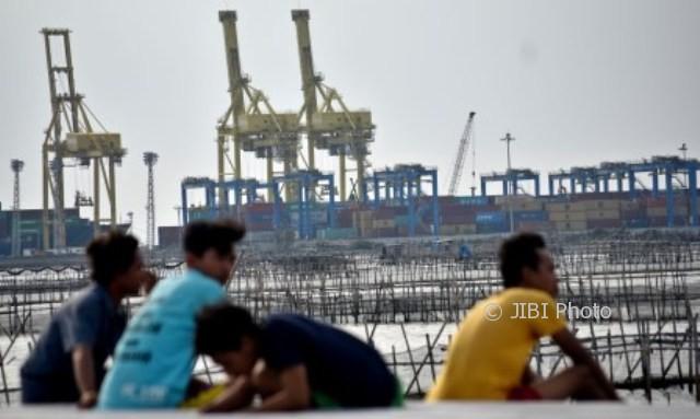 Sejumlah warga beraktivitas dengan latar belakang dinamika bongkar muat peti kemas di Pelabuhan Tanjung Emas, Semarang, Jateng, Senin (2/10/2017). (JIBI/Solopos/Antara/Aditya Pradana Putra)
