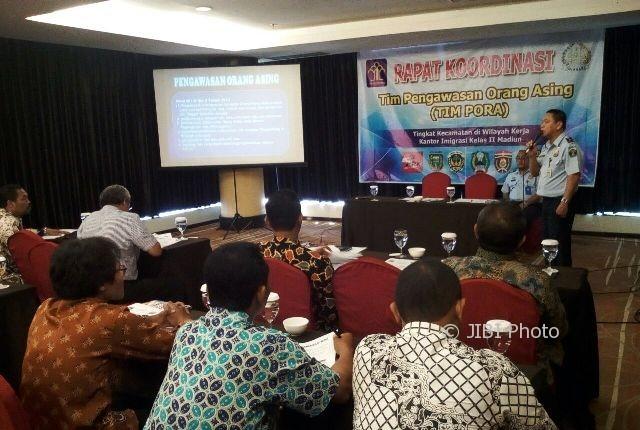 Anggota Tim Pora mendengarkan materi mengenai tugas pengawas orang asing, Kamis (5/10/2017). (Abdul Jalil/JIBI/Madiunpos.com)