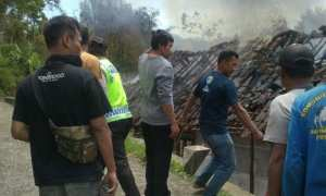 Sejumlah warga berusaha memadamkan api yang membakar rumah di Dusun Ngreco, Desa Krisik, Kecamatan Pudak, Ponorogo, Rabu (1/11/2017). (Istimewa/Polres Ponorogo)