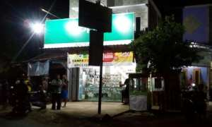 Polisi melakukan olah kejadian perkara pencurian kendaraan bermotor di counter Aziz, Dukuh Pokoh, Desa Tunggul, Gondang, Sragen, Selasa (31/10/2017) malam. (Istimewa/Polsek Gondang)