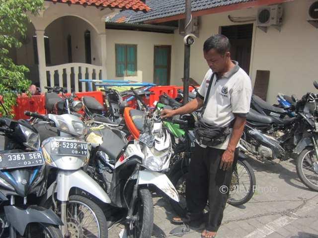 Warga mengamati sepeda motor Honda Beat milik korban kecelakaan di Mapolsek Kartasura, Sukoharjo, Kamis (2/11/2017). (Iskandar/JIBI/Solopos)