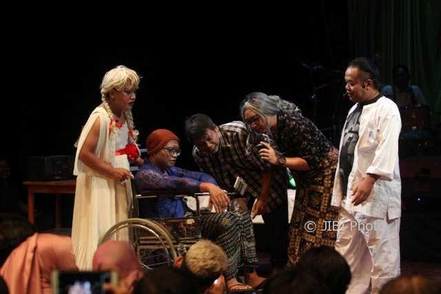 Komediaan asal Solo mementaskan komedi berjudul Pengabdi Petan di Teater Arena, Taman Budaya Jawa Tengah (TBJT), Solo, Rabu (1/11/2017) malam. (Nicolous Irawan/JIBI/Solopos)