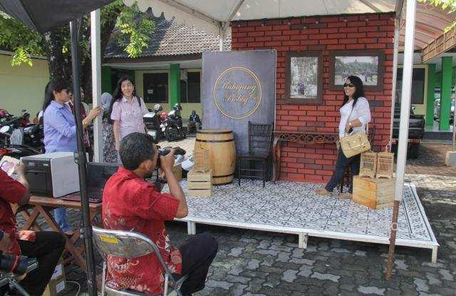 Sukarelawan pendukung Jokowi berfoto di depan Asrama Haji Donohudan, Boyolali, Senin (6/11/2017). (Sunaryo Haryo Bayu/JIBI/Solopos)