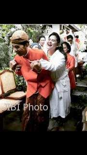 Presiden Jokowi menggendong Kahiyang seusai acara siraman, Selasa (7/11/2017). (Istimewa/Facebook)