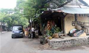 Para pedagang di kios buah di Jl. Diponegoro Pasar Bunder Sragen beraktivitas dengan pembeli, Selasa (7/11). (Tri Rahayu/JIBI/Solopos)