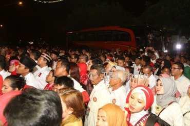 Ribuan sukarelawan pendukung Jokowi menghadiri midodareni Kahiyang, Selasa (7/11/2017) malam. (Nicolaus Irawan/JIBI/Solopos)