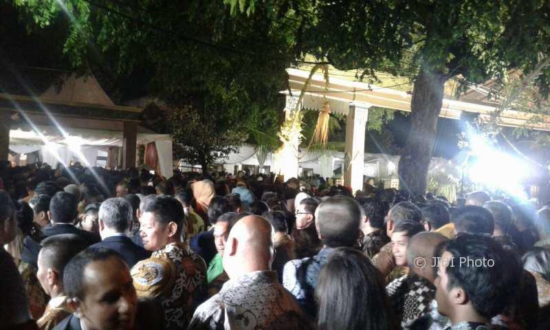 Antrean para tamu yang meliputi kalangan selebritas dan warga mengantre di depan Gedung Graha Saba Buana Solo, Rabu (8/11/2017) malam. (Ika Yuniati/JIBI/Solopos)