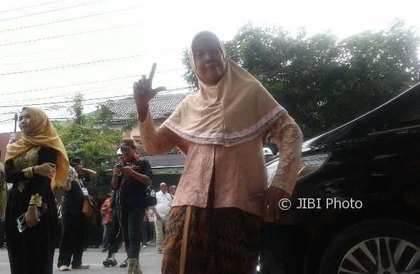 Nenek Sonem, 75, warga Jakarta yang datang sendirian demi Kahiyang-Bobby meski tak punya undangan. (Ika Yuniati/JIBI/Solopos)
