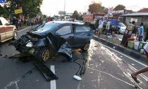 Kondisi mobil Mazda yang menabrak sejumlah pengguna jalan Solo-Semarang, Minggu (12/11/2017). (Istimewa)