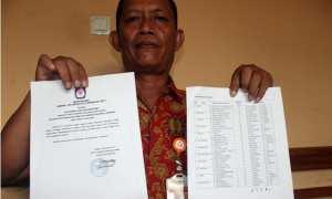 Ketua Panwascam Sidoharjo, Sragen, Sugiarto, menunjukkan Surat Pengumuman dari KPU Sragen yang memuat nama ganda personel PPS Duyungan di Kantor Kecamatan Sidoharjo, Sragen, Senin (13/11/2017). (Tri Rahayu/JIBI/Solopos)