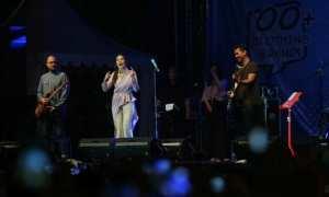 Solois, Raisa (kedua dari kiri), berinteraksi dengan penontonnya saat menyanyikan lagu yang berjudul Apalah Arti Menunggu dalam Jak Cloth 2017 di lapangan parkir Stadion Manahan, Solo, Minggu (12/11/2017) malam. (M. Ferri Setiawan/JIBI/Solopos)