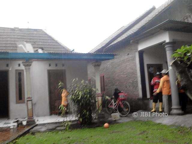Sejumlah petugas mendata rumah yang rusak karena angin ribut di Dukuh Tambak, Desa Sribit, Sidoharjo, Sragen, Kamis (16/11/2017). (Istimewa/Samsuri/Kecamatan Sidoharjo)