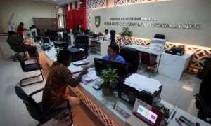 Warga mengurus administrasi kependudukan di Kantor Dispendukcapil Kota Solo, di kompleks Balai Kota Solo, Kamis (16/11/2017). (M. Ferri Setiawan/JIBI/Solopos)