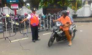 Petugas Dishub Solo menghalau pengguna sepeda motor yang nekat masuk jalur lambat Jl. Slamet Riyadi, Minggu (19/11/2017) pagi. (Irawan Sapto Adhi/JIBI/Solopos)
