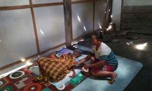Samini tertidur di kasur tipis bantuan warga di rumahnya, RT 009/RW 001, Desa Bener, Kecamatan Saradan, Kabupaten Madiun, Jumat (17/11/2017). (Abdul Jalil/JIBI/Madiunpos.com)