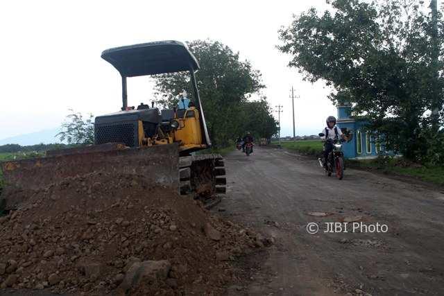 Seorang pelajar SMP mengendarai motor melewati jalur Tangkil-Kedungupit yang masih dalam proses perbaikan, Senin (20/11/2017). (Tri Rahayu/JIBI/Solopos)