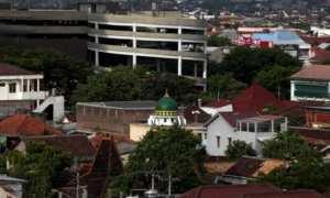Kubah bangunan masjid terlihat di antara pemukiman warga di Solo, Rabu (22/11/2017). (M. Ferri Setiawan/JIBI/Solopos)
