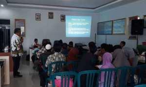Warga Buntung, Gerdu, Karangpandan, mengikuti sosialisasi bantuan sosial dari BPBD Karanganyar di desa setempat, Kamis (23/11/2017). (Istimewa/Dokumentasi BPBD Karanganyar)