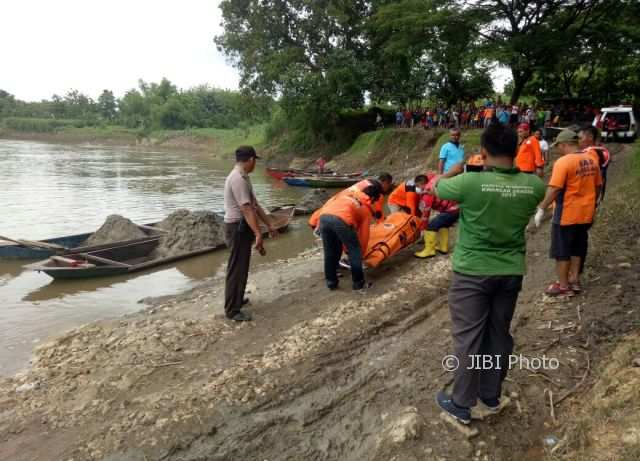 Tim gabungan mengevakuasi jenazah warga Gawan, Tanon, Sragen, Mariman, 35, dari Sungai Bengawan Solo, Jumat (24/11/2017) siang. (Istimewa/Polsek Jenar)