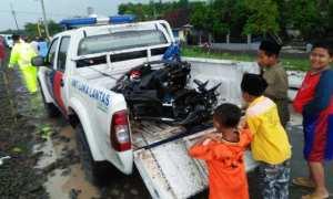 Anak-anak melihat sepeda motor yang tersambar KA di perlintasan Desa Klagenserut, Kecamatan Jiwan, Kabupaten Madiun, Senin (27/11/2017). (Abdul Jalil/JIBI/Madiunpos.com)