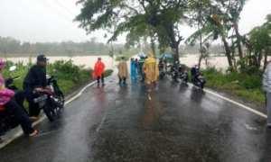 Kondisi jalan yang terputus karena banjir di Bulurejo, Nguntoronadi, Wonogiri, Selasa (28/11/2017). (Ahmad Wakid/JIBI/Solopos)