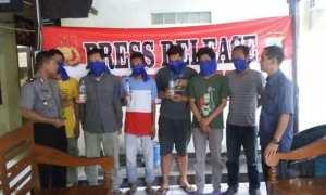 Kapolsek Banjarsari Kompol I Komang Sarjana (kiri) memintai keterangan 6 orang ditangkap karena pesta miras, Selasa (28/11/2017). (Istimewa/Polsek Banjarsari)
