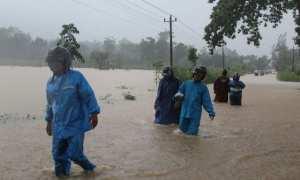 Warga menerjang banjir yang menggenangi jalan di Bulurejo, Nguntoronadi, Wonogiri, Selasa (28/11/2017). (Ahmad Wakid/JIBI/Solopos)