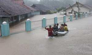 Sejumlah siswa SMK Negeri 1 Tanjungsari mengevakuasi perabot dan arsip penting sekolah menggunakan perahu karet saat banjir merendam sekolah mereka di Desa Kemadang, Tanjungsari, Kabupaten Gunungkidul, DI Yogyakarta, Selasa (28/11/2017). (Harian Jogja/Desi Suryanto)