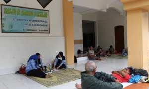 Sejumlah warga Daleman, RT 007/RW 006, Ngringo, Jaten, mengungsi di Masjid Al Maming 3 Assalam pada Rabu (29/11/2017). (Sri Sumi Handayani/JIBI/Solopos)