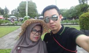 Ade Imron bersama istrinya (Facebook)