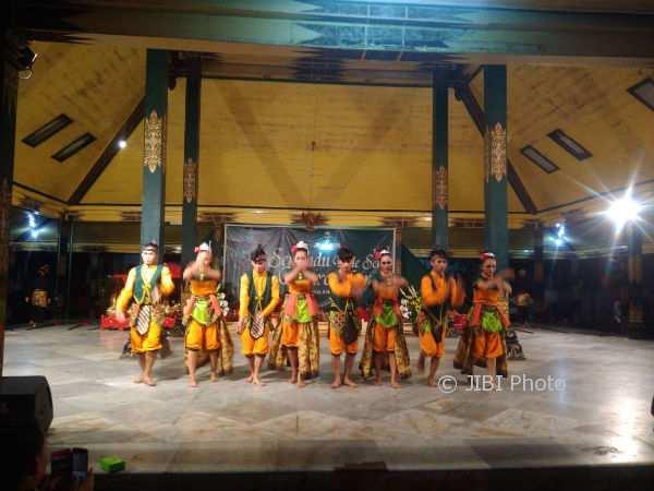 Sejumlah penari tengah menari dalam perayaan sewindu Baleseni Condroradono, pada Jumat (3/11/2017) malam. (Istimewa/Dok. Pribadi)
