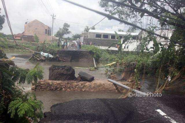 Jembatan Buk Gedhe ambrol akibat terjangan banjir di Dangin, Jetis, Tamantirto, Kasihan, Bantul, DI. Yogyakarta, Rabu (29/11/2017). Jembatan ini merupakan salah satu akses warga menuju dan dari kelurahan Bangunjiwo, hujan lebat dan banjir yang terjadi kemarin menyebabkan putusnya jembatan itu. (Desi Suryanto/JIBI/Harian Jogja)