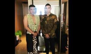 Bobby Nasution bersama salah seorang kerabatnya Roy Harmiki menjelang prosesi siraman. (Istimewa/Instagram/roy_harmiki)
