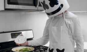 DJ Marshmello memasak nasi goreng (Youtube)
