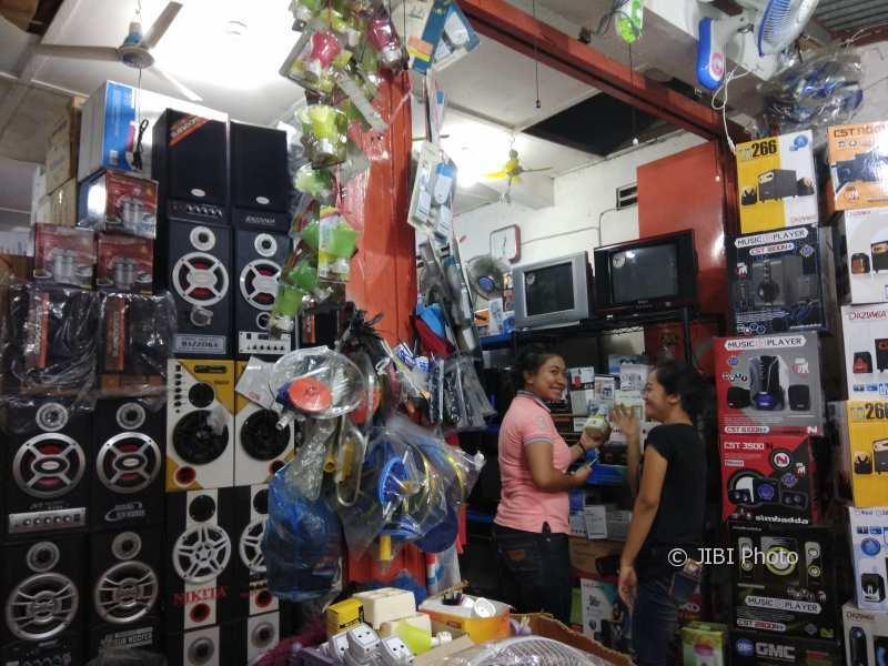 Sejumlah produk elektronik di salah satu toko di Demangan diobral dengan harga murah untuk menarik pembeli, Senin (13/11/2017). (Harian Jogja/Holy Kartika N.S)