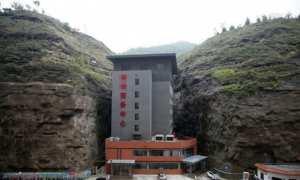 Hotel delapan lantai dibangun di antara tebing (Shanghaiist)
