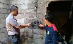Polisi menunjukkan bekas instalasi listrik yang diduga menjadi sumber api hingga menyebabkan kebakaran di rumah Siswanto warga Dusun Ngalang, Desa Ngalang Kecamatan Gedangsari, Minggu (5/11) (Ist/ Polsek Gedangsari)