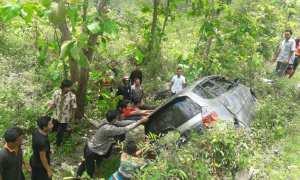 Sejumlah warga membantu mengevakuasi mobil yang terperosok ke dalam jurang di Jalan Imogiri-Panggang, Kecamatan Panggang pada Minggu (5/11/2017). (Ist/Polsek Panggang)