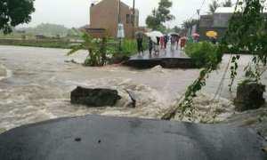 Jembatan Nganggen yang amblas yang memutus akses jalan utama Desa Tamantirto dengan Desa Bangunjiwo. (IST/Pusdalops BPBD Bantul).