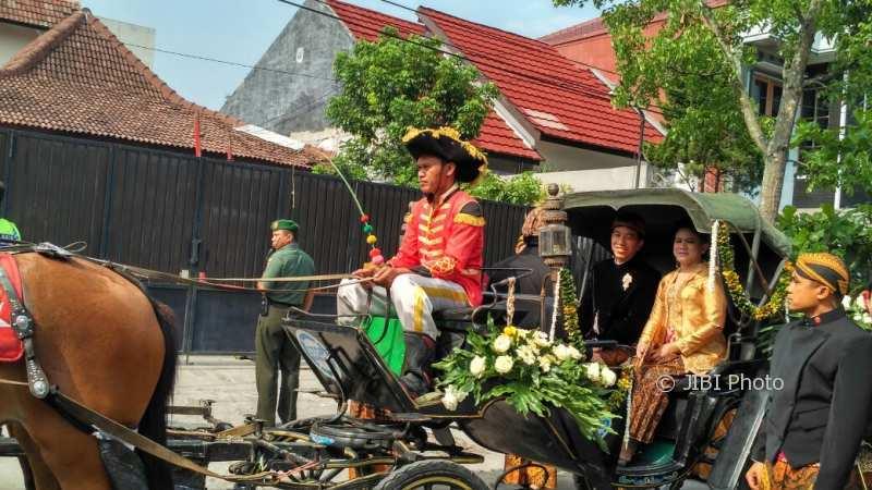 Jokowi dan Iriana naik kereta kuda menuju Gedung Graha Saba Buana. (Istimewa/Facebook/Dewi Sri)