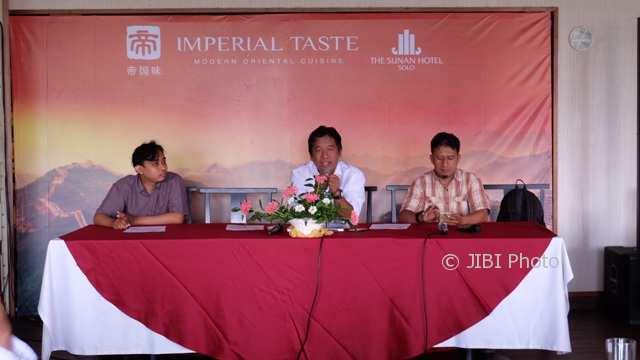 Ketua AJI Indonesia, Suwarjono (tengah) didampingi Ketua Fesmed 2017, Adib M Asfar (kiri) dan panitia Ichwan Prasetyo memberikan penjelasan rangkaian acara Fesmed AJI 2017, Selasa (14/11/2017). (Istimewa/Panitia Fesmed 2017)