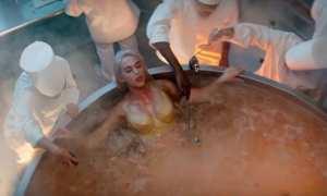 Katy Perry di video klip Bon Appetit (Youtube)