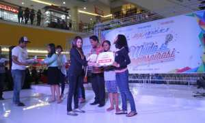 PR Manager Solo Grand Mall Evelyn menyerahkan hadiah kepada pemenang Lomba Pentas Seni. (Nicolous Irawan/JIBI/Solopos)