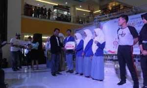 Pemred Solopos Suwarmin menyerahkan hadiah kepada Juara I Lomba Mading, SMA 2 Boyolali. (Nicolous Irawan/JIBI/Solopos)